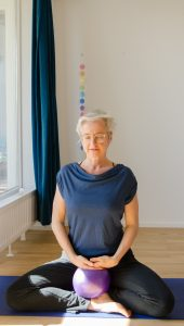 Katharina Pewny, Botschafterin für barrierefreies Yoga, Inklusion, Behinderung, 60+, Stuhlyoga, Mediation, Ruhe, Entspannung, Berlin, Kurse, Einzelstunden, Kleingruppen, Gruppen, Teams, Kongresse, Workshops, Teacher Training, Coaching
